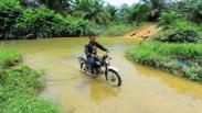 Akses Jalan Desa Terpencil di Sumatera Barat Rusak Parah