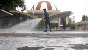 Jelang Ramadan, Pemadam Kebakaran Semprot Disinfektan Masjid di Makassar
