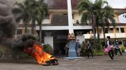 Mahasiswa Unitomo Surabaya Bakar Ban di Depan Kampus