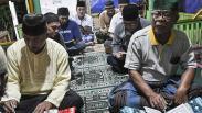 Potret Lansia Belajar Membaca Alquran usai Sholat Tarawih