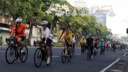 Gowes Keliling Kota Surabaya Memakai Kebaya