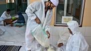 Terima Pembayaran Zakat, Pengurus Masjid Ini Pakai Baju Hazmat