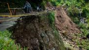 Jalan Penghubung Provinsi Banten-Jawa Barat Longsor Sepanjang 50 Meter