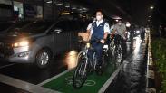 Momen Gubernur Anies Baswedan Naik Sepeda di Jalur Khusus saat Pulang Kantor