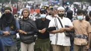 Kompak, Massa Habib Rizieq Bergandengan Tangan Membentuk Barikade Manusia