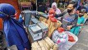 Laris Manis, Pedagang Peralatan Sate Diserbu Pembeli