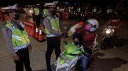 Apresiasi Warga Taat Protokol Kesehatan, Polisi Berikan Sembako di Pos Penyekatan