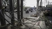 Kabel Semrawut Melintang di Trotoar Kawasan Palmerah