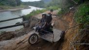 Jalan Ambles Tergerus Luapan Sungai Batang Anai, Akses Mobil Terputus