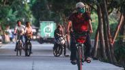 Bersepeda di Bawah Rindangnya Pohon Kawasan Waduk Rawa Badak