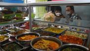 Potret Gubernur Anies Baswedan Makan Siang di Warteg