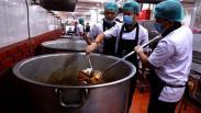 Melihat Koki Profesional Masak Makanan Khas Indonesia untuk Jamaah Haji