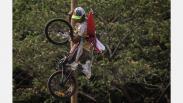 Ratusan Warga Lomba Adu Cepat Panjat 174 Batang Pinang di Ancol