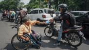 Penyandang Disabilitas Bagikan Hasil Kerajinan Tangan di Solo