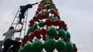 Unik, Pohon Natal Setinggi 5 Meter Ini Terbuat dari 250 Alat-Alat Rumah Tangga