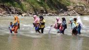 Warga Nekat Seberangi Sungai Cikaniki Bogor karena Jembatan Putus