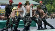 Aksi Prajurit TNI AD Melewati Api saat Penutupan Pendidikan Pertama Bintara