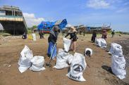 Peringati World Cleanup Day 2021, Warga Indramayu Bersihkan Sampah di Pantai Dadap