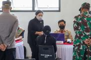 Puan Maharani Tinjau Pelaksanaan Vaksinasi di Permukiman Padat Penduduk Tegal Alur