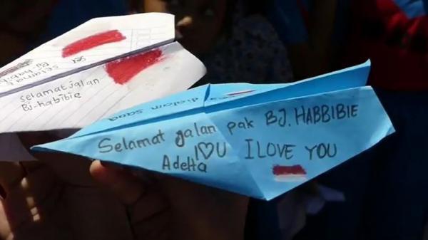 Kenang BJ Habibie, Ratusan Siswa SD di Joglo Solo Terbangkan Pesawat Kertas