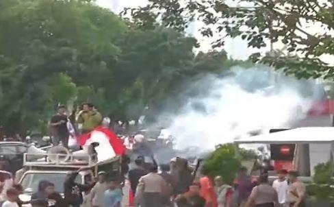 Video Kericuhan Unjuk Rasa di Gedung KPK, Polisi Tembakkan Gas Air Mata