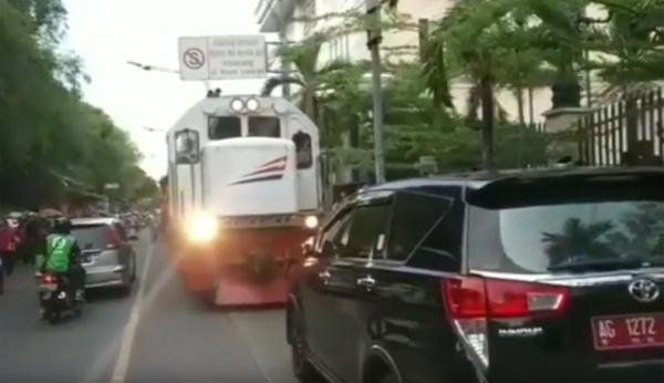 Viral Mobil Dinas Kepala Dinkes Nganjuk Parkir Di Rel Ka Di Solo Perjalanan Kereta Terganggu