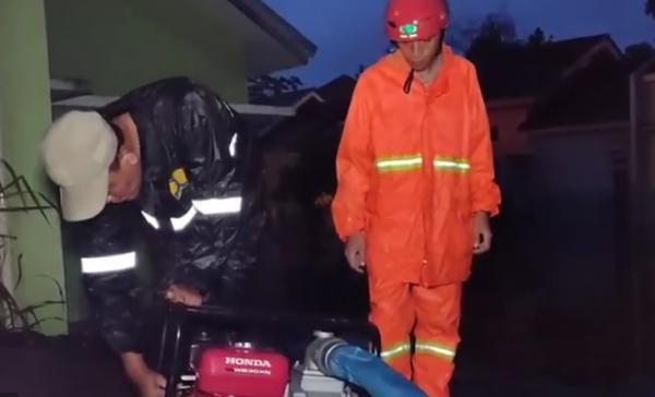 Banjir Rendam 2 Komplek Perumahan di Kalimulya Depok, Jalan Ambles Tergerus Hujan