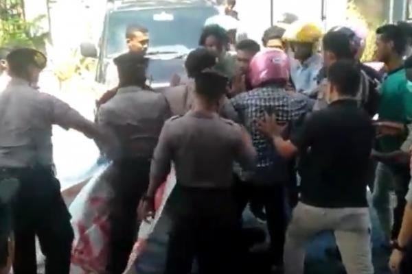 Demo Tolak 49 TKA China di Kendari Ricuh, Massa Saling Dorong dengan Petugas
