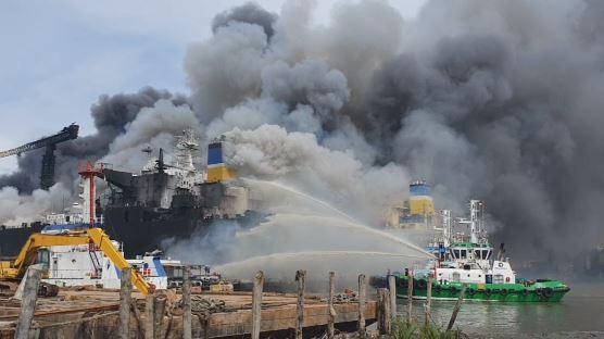 Detik-Detik Kebakaran Kapal Tanker di Pelabuhan Belawan