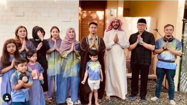 Raffi Ahmad dan Keluarga Salat Id di Rumah Diimami Syekh Ali Jaber