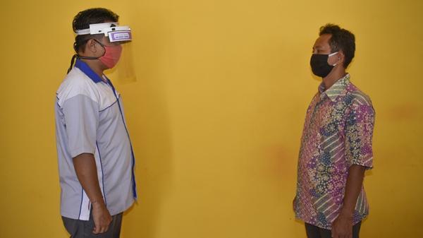 Guru SMKN 2 Lombok Barat Ciptakan Face Shield Dilengkapi Sensor Jarak