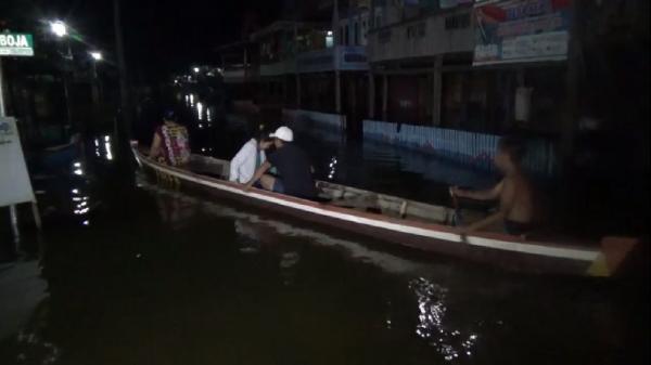 Warga Wajo Terobos Banjir untuk Silaturahmi Lebaran