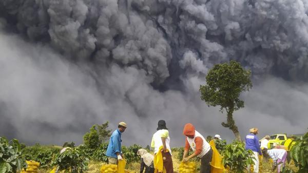 Gunung Sinabung Meletus Lagi Malam Ini, PVMBG Keluarkan 3 Rekomendasi