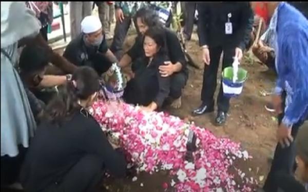 Pemakaman Staf KPU Yakuhimo Henry Jovinski Diwarnai Isak Tangis Sang Ibunda