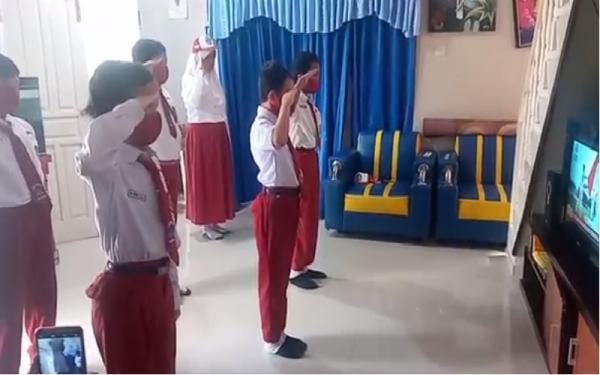 Berseragam Lengkap, Siswa SD di Semarang Ikuti Upacara di Depan TV