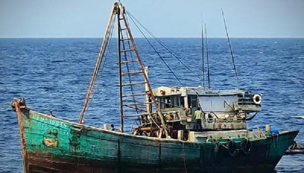 KRI Tjiptadi-381 Tangkap Kapal Vietnam Pencuri Ikan di Laut Natuna Utara