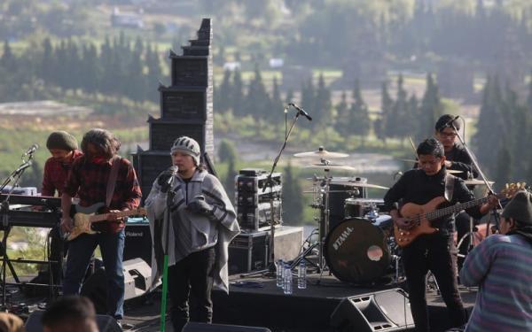 Lama Tak Ada Kabar, Letto Nongol di Panggung Jazz di Atas Awan