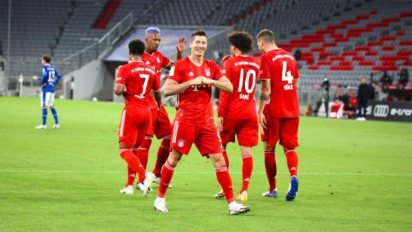 Bayern Munchen Bantai Schalke 8-0, Lewandowski Lew