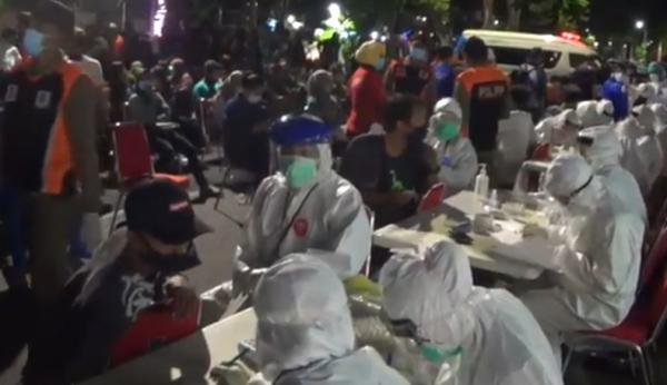 Malam-Malam Pemkot Surabaya Rapid Test Dadakan di Lokasi Nongkrong Anak Muda
