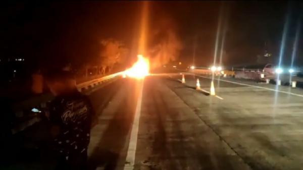 Mobil Minibus di Tol Gempol-Pandaan Terbakar, Diduga karena Mesin Terlalu Panas