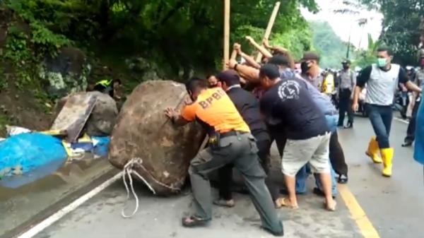 Didorong Belasan Orang, Batu Besar di Tengah Jalan Padang-Painan Sukses Dievakuasi