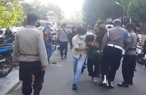 Viral Perwira Polisi Dipukuli Sesama Polisi, Polda Jambi: Itu Bukan Aparat