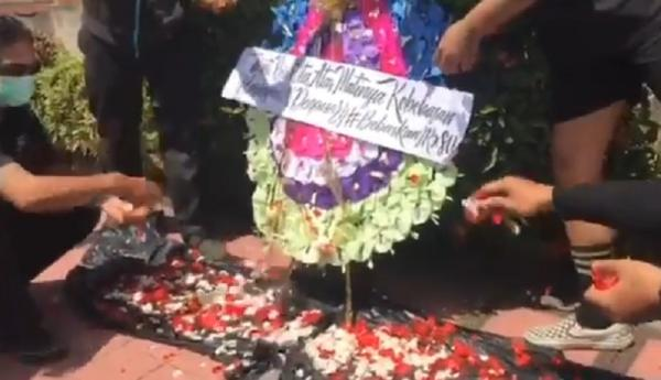 Pendukung Jerinx Tabur Bunga di PN Denpasar, Protes Aksi Demo Selalu Dibubarkan