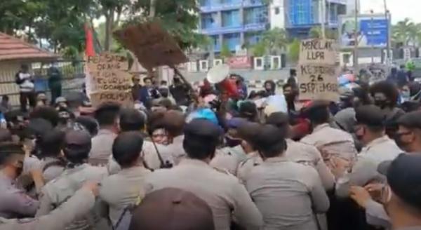 Peringati Sumpah Pemuda, Mahasiswa UHO Demo Polda Sultra
