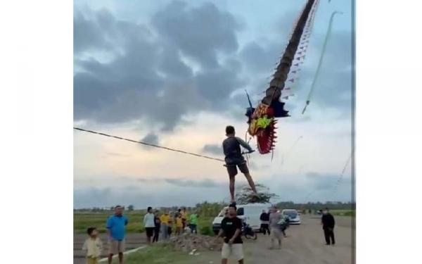 Viral Wisata Ekstrem Naik Layangan Raksasa di Bantul