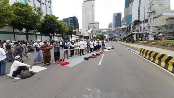 Terhalang Pagar Kawat, Massa Pendemo Macron Salat Zuhur di Jalan
