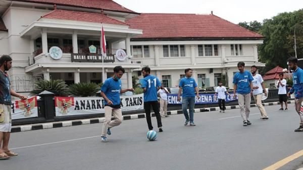 Tuntut 2 Arema Bersatu, Aremania Gelar Sepak Bola Satir di Depan Balai Kota Malang