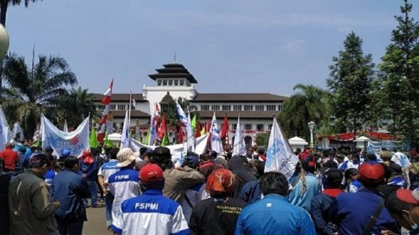 Buruh Jawa Barat Berangkat ke Jakarta Ajukan Judicial Review UU Ciptaker ke MK