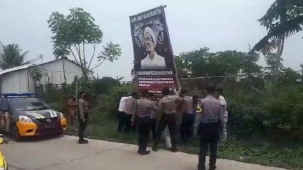 Polisi dan TNI Turunkan Spanduk Ilegal Bergambar Habib Rizieq di Serang Banten
