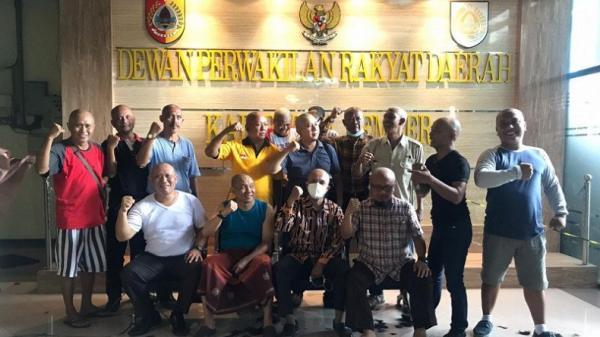 Anggota DPRD Jember Cukur Gundul setelah Calon Petahana Kalah di Quick Count